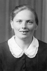 Teta Vlasty Tkadlecové Terezie Beňová (rozená Valčíková) / kolem roku 1940