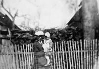 Vlasta Tkadlecová s otcem Josefem Kolaříkem / 1941