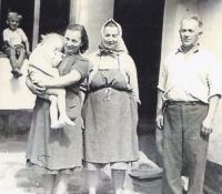 1958 - Emilie with children and parents