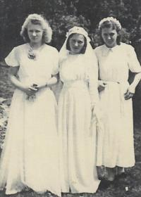 1949 - Emilie at the wedding with bridesmaids