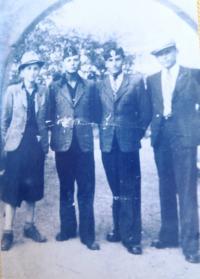 Jewish youth in Chust. From left: unknown person, David (Dudi) Finjas, Antonín Moťovič, Alex Streiber. 1940´s