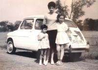 Emigration to Israel. Alice Moťovičová with daughters Ivana and Zuzana, August 1965.
