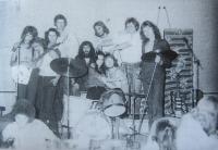 Na koncertě ve Starém Máteřově v roce 1977