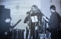 Na koncertě v Hrádku u Nechanic v roce 1988