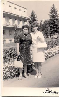 2.b Maminka a Zita- kúpele Sliač 1966