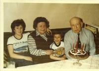 2.d Otec (74), matka (69), Iveta (13), Robko (5) - vnoučata