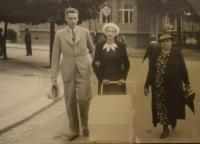 Rodiče a babička s Jitkou Bubeníkovou v kočárku