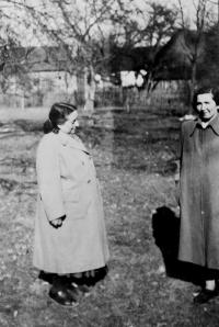On the left, her mother-in-law Berta Buxbaum (in Nová Hradečná), who survived the internment in the Terezín ghetto