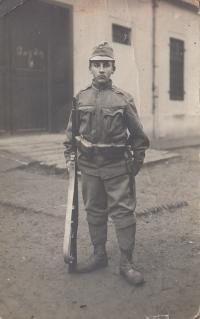 Václav Andres starší rukuje, asi v roce 1914