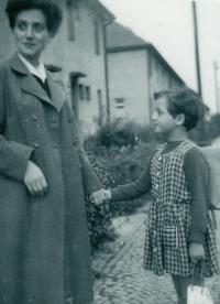 Anna Hyndráková s dcerou, první školní den