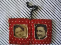 ručně šitý medailonek s portréty matky a sestry, zavražděnými v Osvětimi