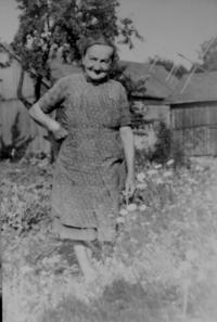 Babička Hedvika Petříková v Hradečné