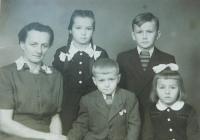 Rodina v době otcova věznění. Zleva matka Anna Šobotová a její děti Anička, Jiří, Milan a Helena