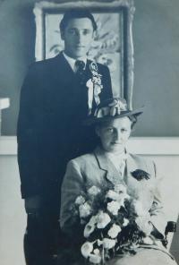 Svatební fotografie rodičů Milana a Anny Šobotových z roku 1948