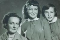 Zleva matka Anna Šobotová a její dcery Anička a Helena v době otcova věznění