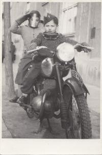 S bratrem Eduardem na motorce, začátek 50. let