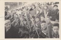 Žákovský turnaj na staré Štvanici v Praze, cca 1955, Richard druhý zprava dole, tatínek Eduard nalevo v čepici