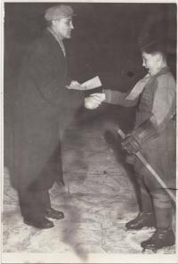 S otcem v Brně, předává mu diplom z žákovského turnaje, cca 1956/57