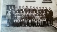 Třídní fotka z obecné školy v Lupáčově ul. v období 2. sv. války, pan Vrbenský druhý zleva v postřední řadě