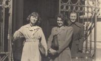 Zdena Mašínová (left) in front of the Medical School