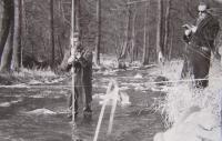 Měření vody řeky Ploučnice u Mimoně1968, Janda vpravo