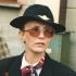 """Tuhle Ivetinu portrétovou fotografii vyhotovil rodinný přítel Karel Mařatka – je udělaná těsně po skončení pietního aktu k odhalení pamětní desky 19. 5. 2001. """"Jelikož tátovi bývalí kolegové z řad dopravních pilotů zařídili, aby hlavním sponzorem byly ČSA, jejichž vlajky vlály na dřevěných žerdích kousek od domu na trávě, bylo tehdy s marketingem ČSA zároveň dohodnuto, že je budu reprezentovat i v jejich uniformě. Na snímku je na mne vidět úleva, že se to povedlo, byť jsme tehdy všichni promokli na kost, ale také na míle patrná nesmírná únava a vyčerpání. Však přípravy daly zabrat, a to jsem měla ještě maminku, která také byla cennou posilou a ,styčným zpravodajcem'."""""""