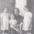 V dětství se svou matkou a sestrami