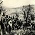 Snímek pořízený ve druhé polovině druhé světové války patrně v chorvatské Slavonii zachycuje skupinu příslušníků I. čs. samostatné brigády Jana Žižky z Trocnova, bojujících v řadách Titových partyzánů